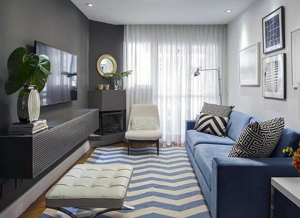 Sala de TV com tons de azul e tapete chevron