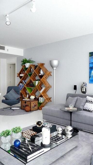 Sala de TV com tons neutros e estante de madeira Projeto de Rafael Samman