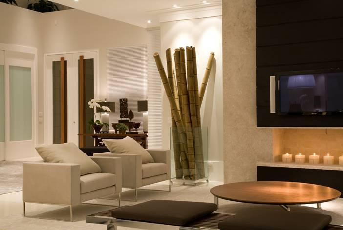 Nesta sala de TV, diferentes cores, texturas, materiais e formatos convivem em harmonia, provando que a mistura pode ser exitosa se usada com equilíbrio.