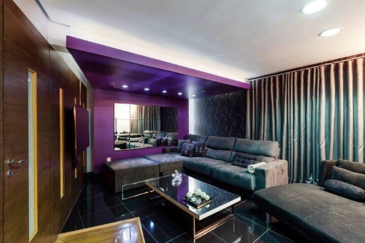 Sala de TV escura com cores escuras Projeto de Lidici Melo