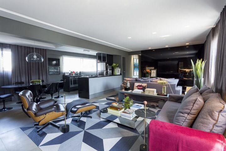 Sala de TV integrada à sala de estar com painel preto Projeto de Triart Arquitetura