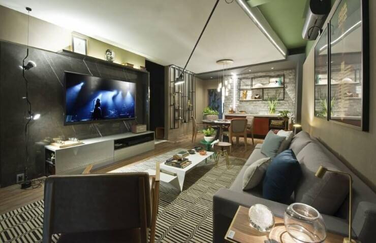 Sala de TV moderna com painel de mármore Projeto de Casa Cor Ceará 17