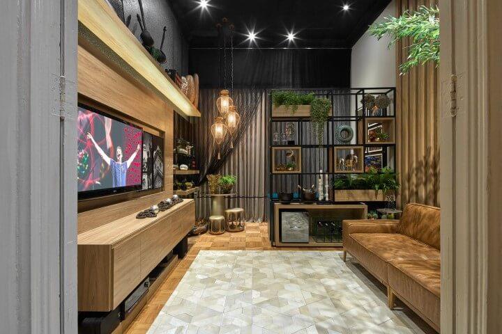 Sala de TV moderna em cinza, preto e madeira Projeto de Casa Cor MG 17