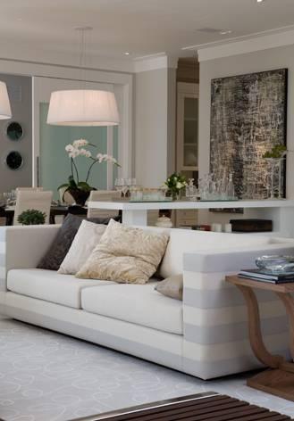 Sala e sofá da casa do jogador de futebol Cafu.