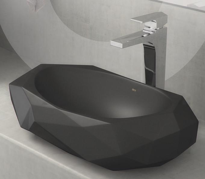 A cuba com design facetado foi lapidada para deixar o banheiro mais moderno, na cor ébano fosco.