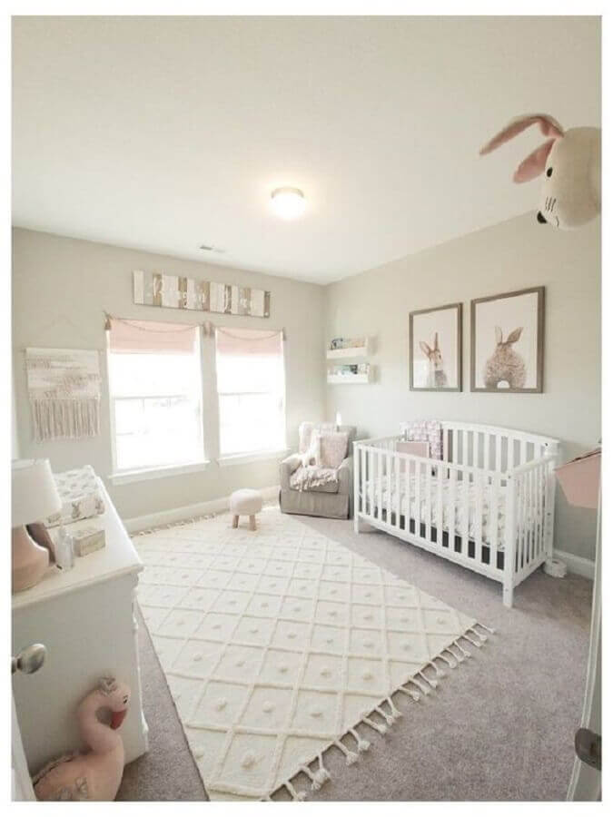 decoração com tapetes para quarto de bebê branco Foto Constance Zahn