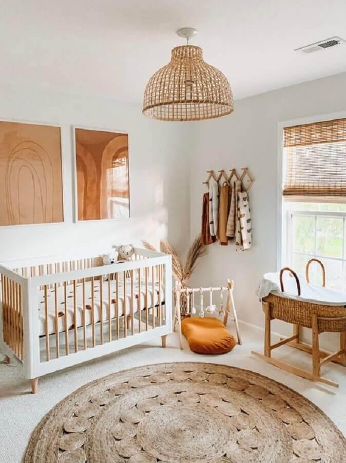decoração em cores claras com tapete redondo para quarto de bebê Foto Apartment Therapy