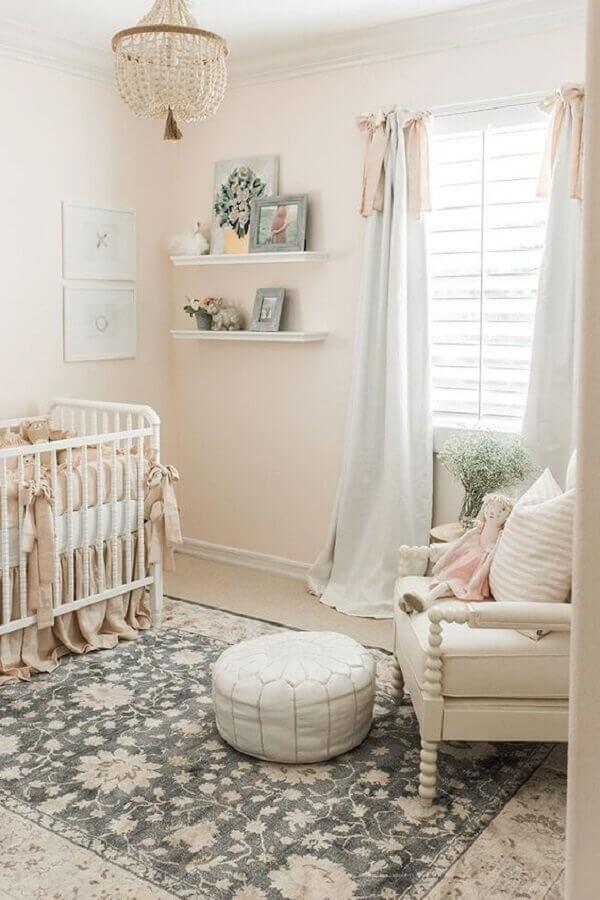 decoração em cores claras com tapetes para quarto de bebê Foto Pinterest