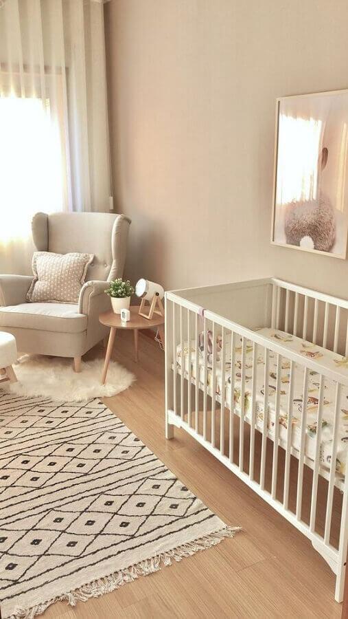 decoração em cores claras e neutras com tapete para quarto de bebê bege Foto Home Fashion Trend