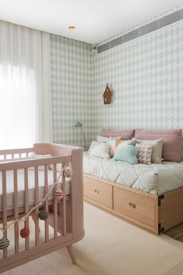 decoração em cores neutras com tapetes para quarto de bebê bege e papel de parede de losangos Foto Constance Zahn