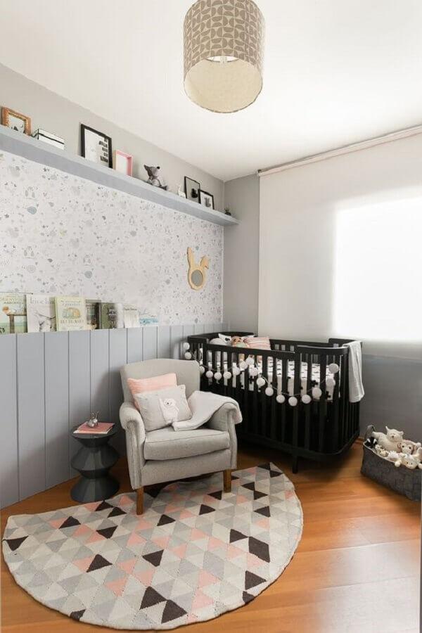 decoração simples com berço preto e tapete para quarto de bebê com estampa geométrica Foto Casa de Valentina