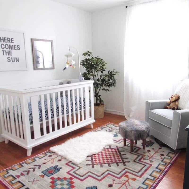 decoração simples com poltrona cinza e tapetes para quarto de bebê branco  Foto PopSugar