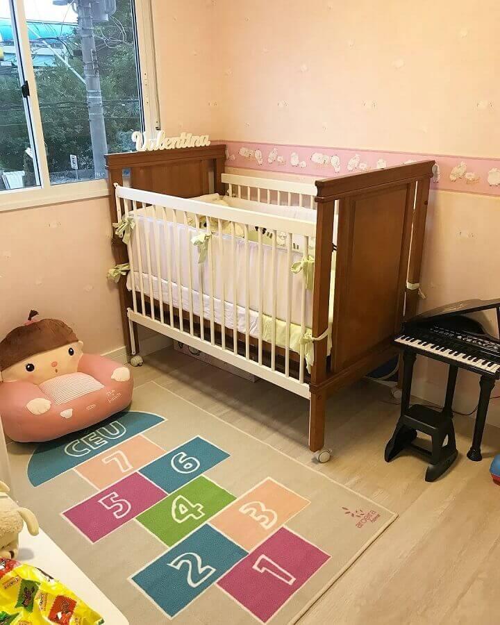 decoração simples com tapete divertido para quarto de bebê Foto Pinterest