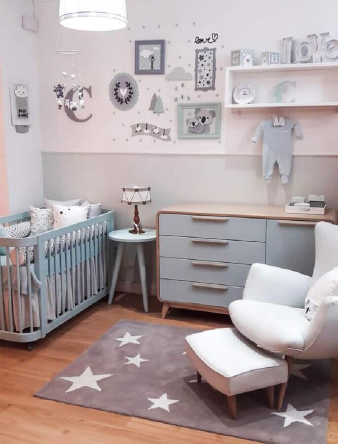 decoração simples com tapetes para quarto de bebê cinza e branco Foto Pinterest