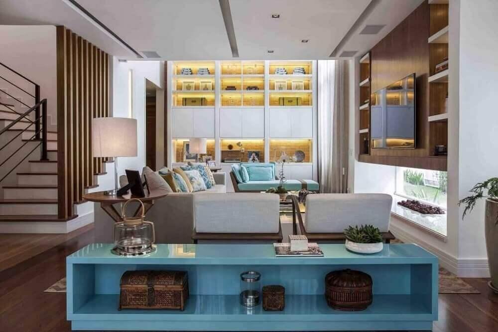 sala de estar com aparador azul