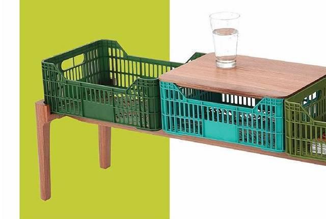 Criada pela designer Daniela Ziegler, esta estante é da Linha Goiaba e pode ter vários tamanhos, conforme o gosto e a necessidade do morador, que pode empilhar caixotes de plástico de feira uns sobre os outros para ganhar mais espaço.