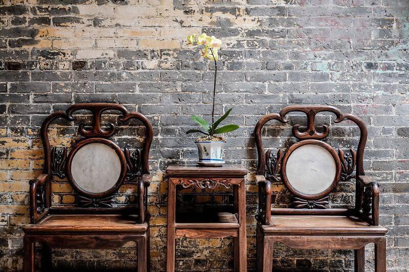 orquideas na mesa de apoio entre cadeira