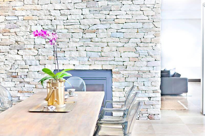 orquideas rosas na mesa de jantar