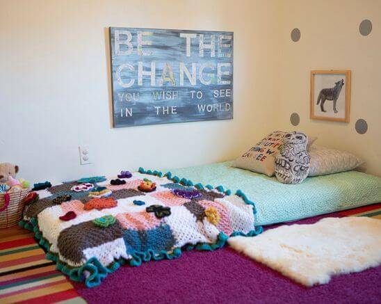 Quarto montessoriano colcha colorida de crochê