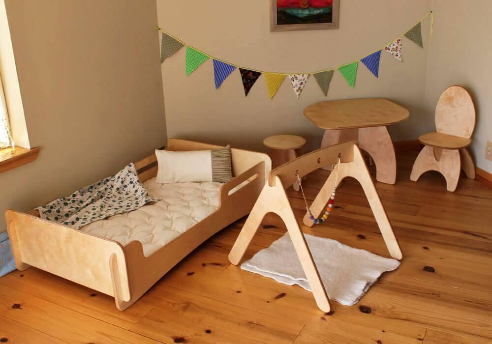 quarto montessoriano com piso de madeira