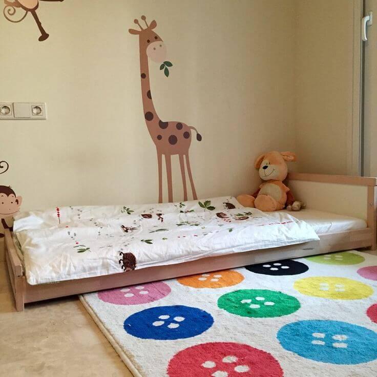 Quarto montessoriano com tapete colorido