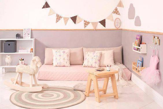 Quarto montessoriano e bandeirolas rosa e marrom