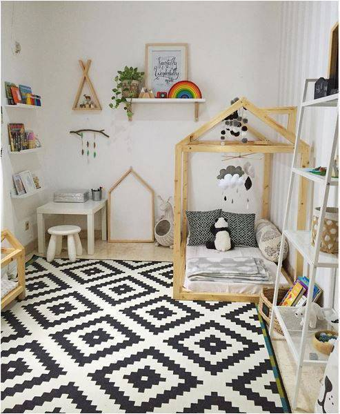 Quarto montessoriano com tapete geométrico em decoração monocromática