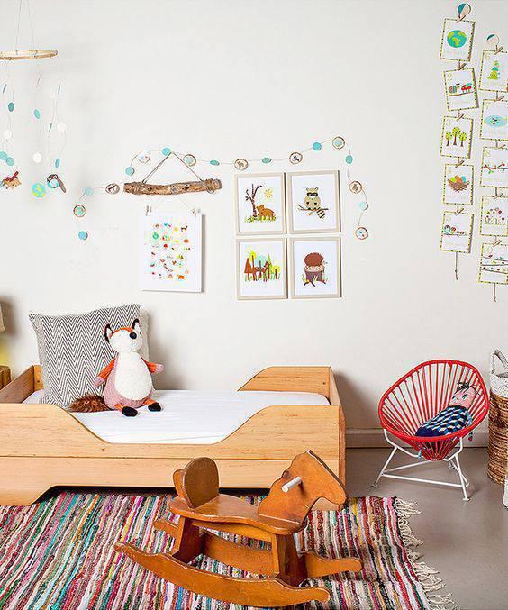 Quarto montessoriano colorido com desenhos na parede