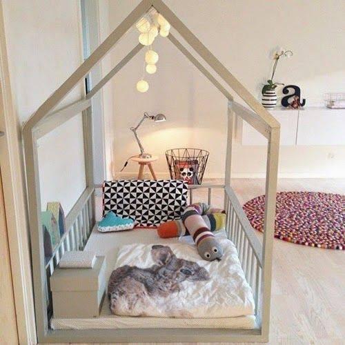 Quarto montessoriano com cama e luzinhas