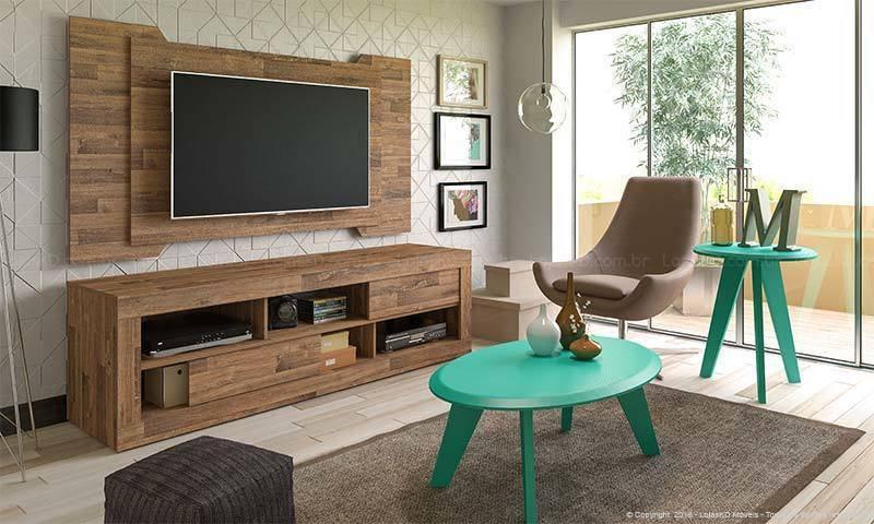 Sala de TV com painel de madeira combinando com o rack e mesas verde água Projeto de Lojas KD