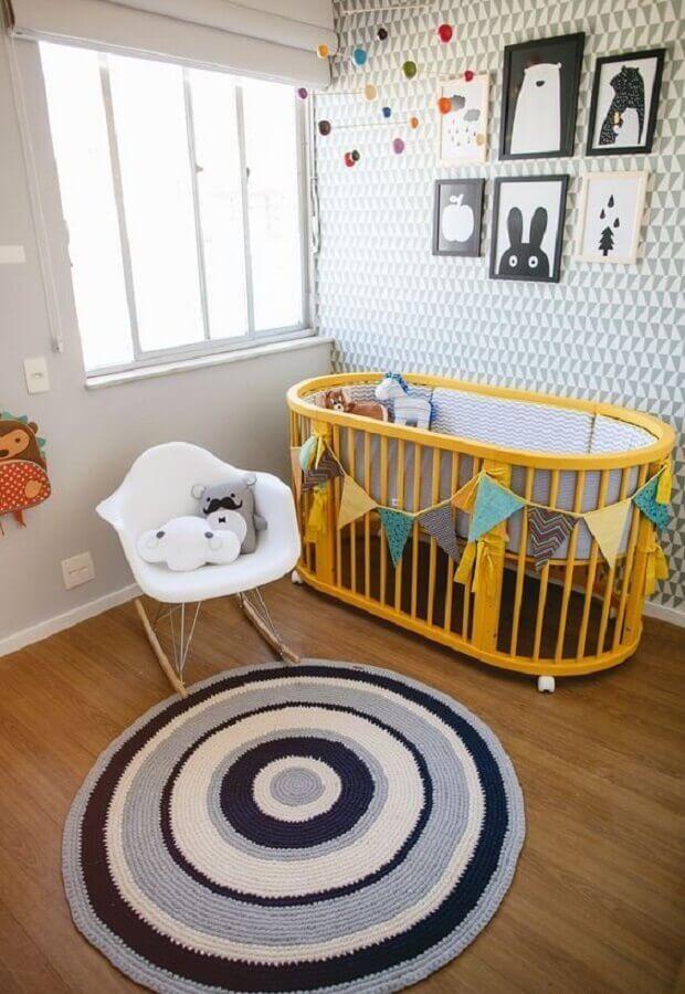 tapete de crochê para quarto de bebê decorado com berço amarelo Foto Felipe Maiato