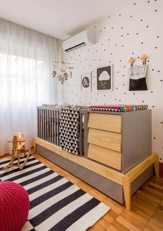 tapete listrado para quarto de bebê decorado com berço moderno com trocador Foto Jeito de Casa