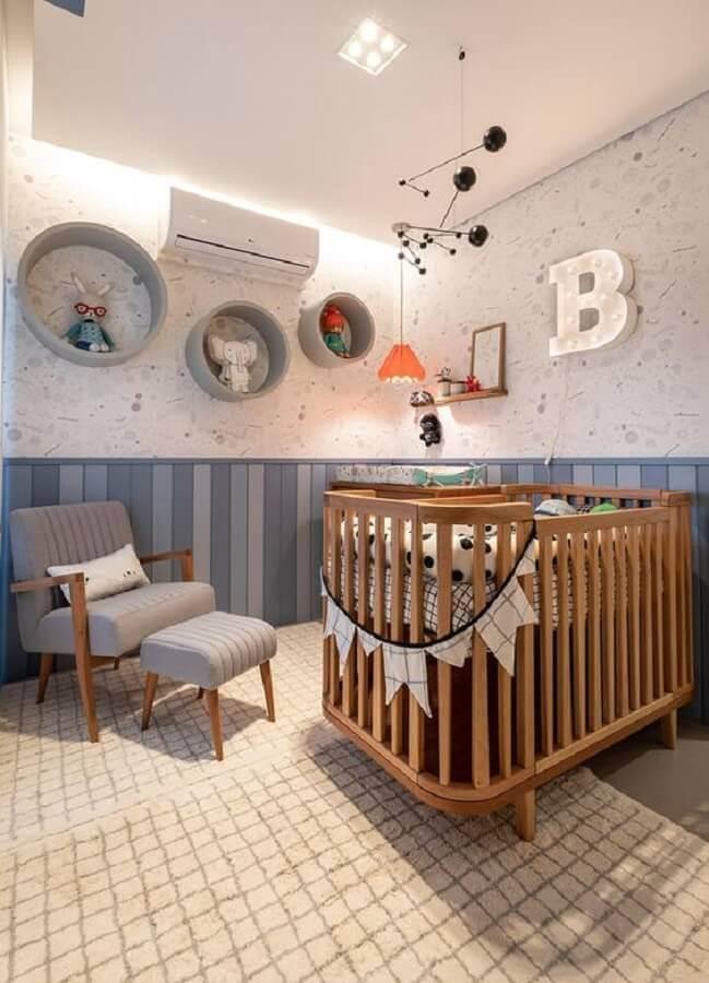 tapete para quarto de bebê moderno decorado com berço de madeira e nichos redondos Foto Marina Carvalho Arquitetura