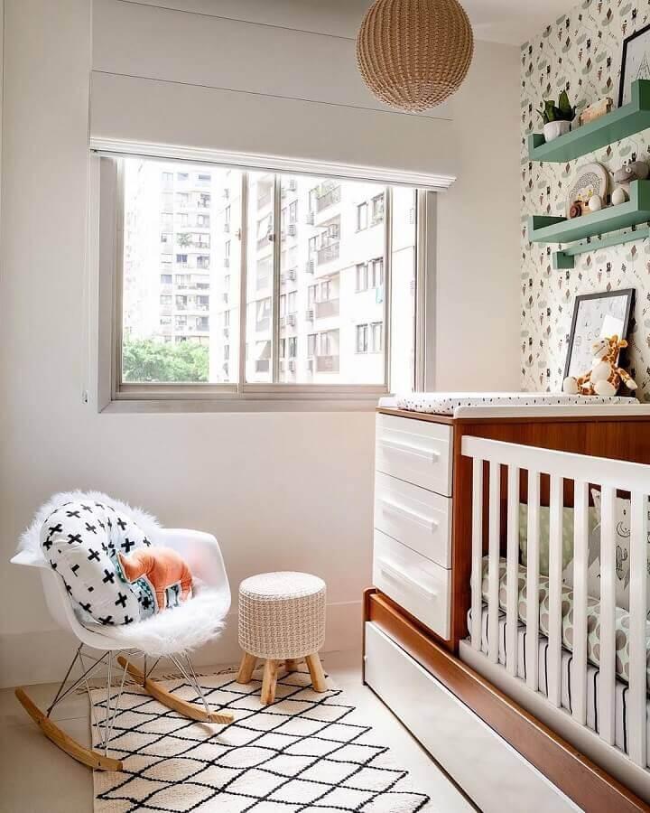 tapete para quarto de bebê pequeno decorado em cores claras  Foto Estúdio Villa