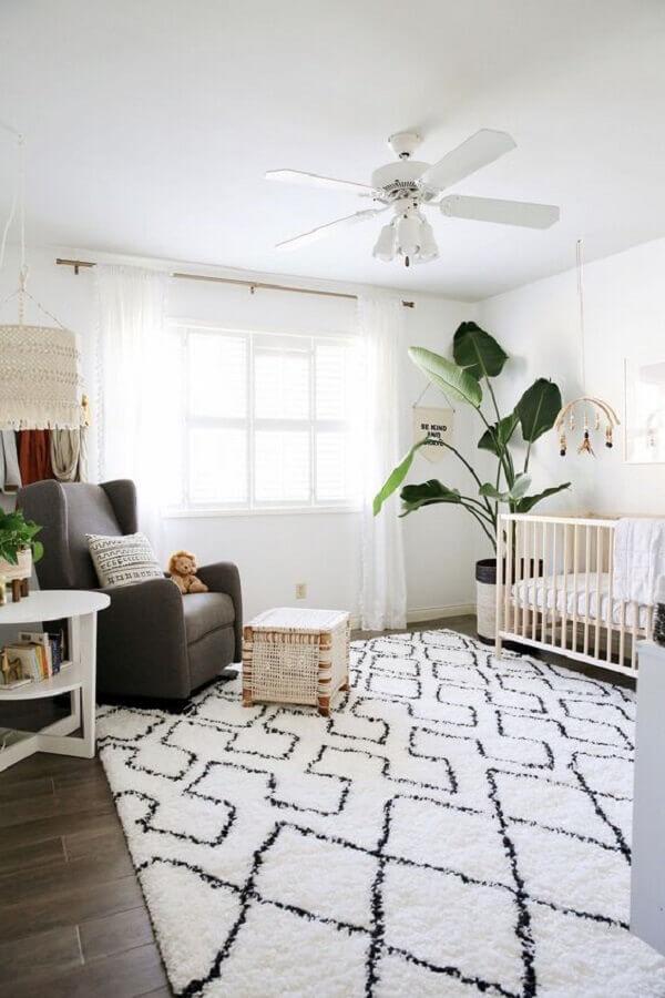 tapete para quarto de bebê todo branco decorado com vaso grande de chão Foto Project Nursery