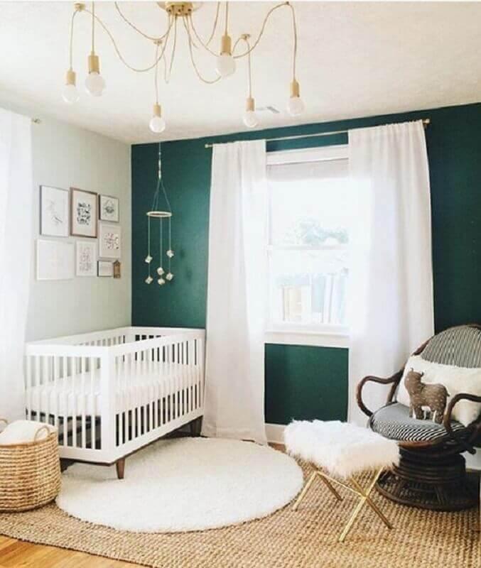 tapete sisal e tapete redondo para quarto de bebê decorado com parede verde escuro Foto Project Nurser