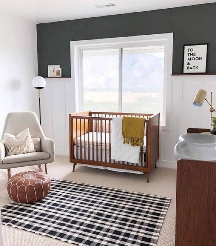 tapete xadrez para decoração de quarto de bebê com móveis de madeira Foto Home Fashion Trend