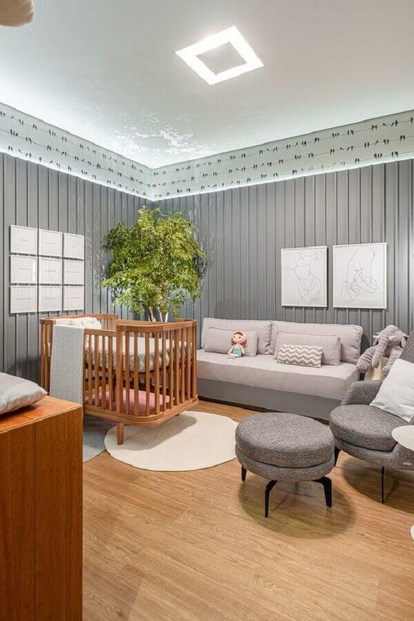 tapetes para quarto de bebê cinza moderno decorado com piso de madeira  Foto Ameise Design