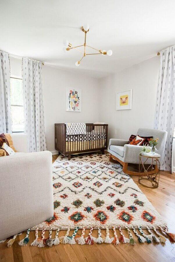 tapetes para quarto de bebê decorado com berço de madeira e poltrona de balanço Foto Decoist
