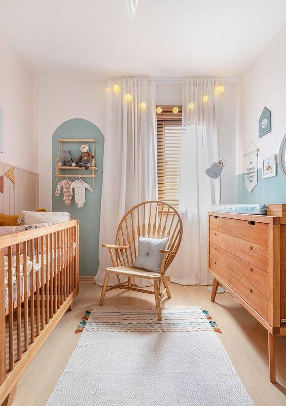 tapetes para quarto de bebê pequeno decorado com móveis de madeira Foto Histórias de Casa