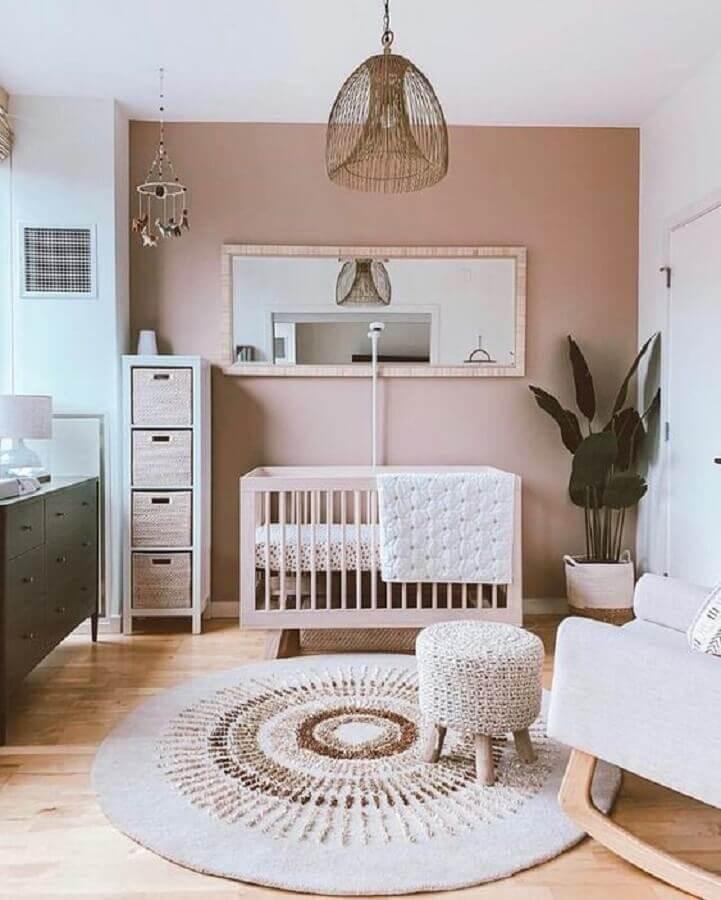 vaso de chão e tapete redondo para quarto de bebê decorado em cores neutras Foto Jeito de Casa