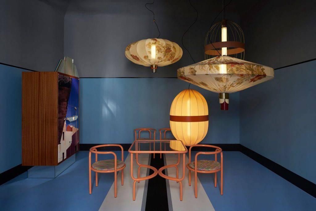 O Dimore Studio apresenta o trabalho de Emilio Salci e Britt Moran, que mesclam a atmosfera dos anos 70 a inspirações que vão do futurismo ao art déco. As lanternas florais oversized foram um dos destaques do apartamento apresentado em Milão.
