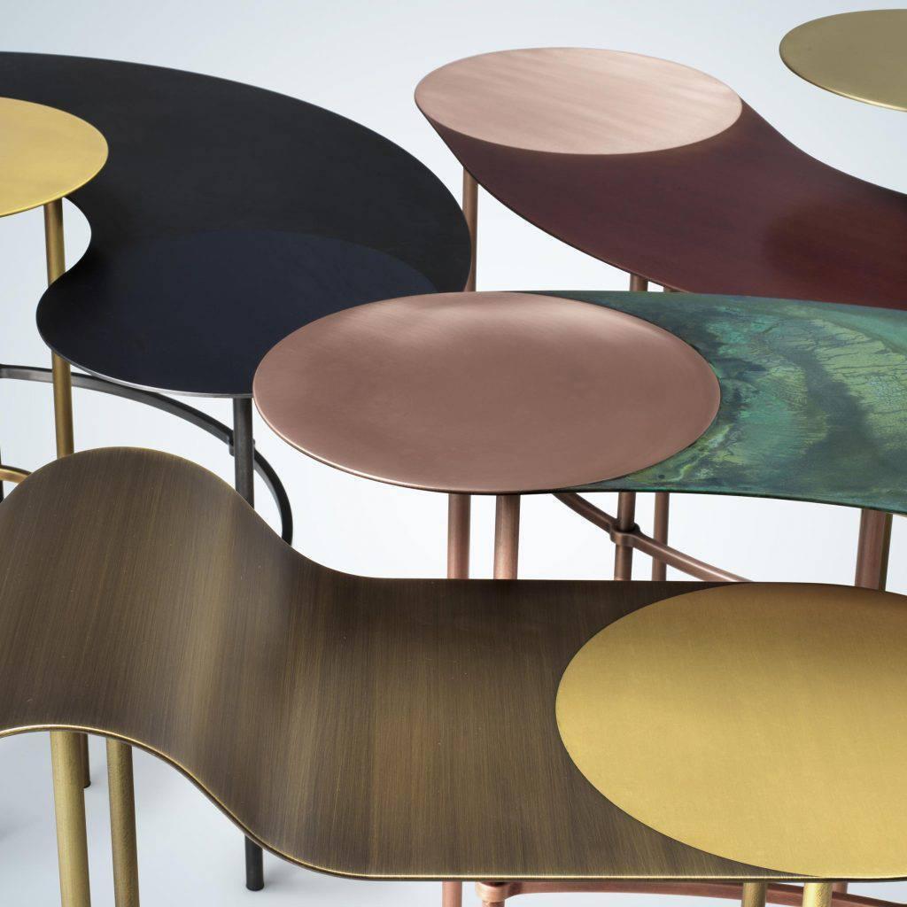 Metais polidos, escovados e oxidados tornam as mesinhas de café objetos glamourosos, da designer italiana Francesca Lanzavecchia.