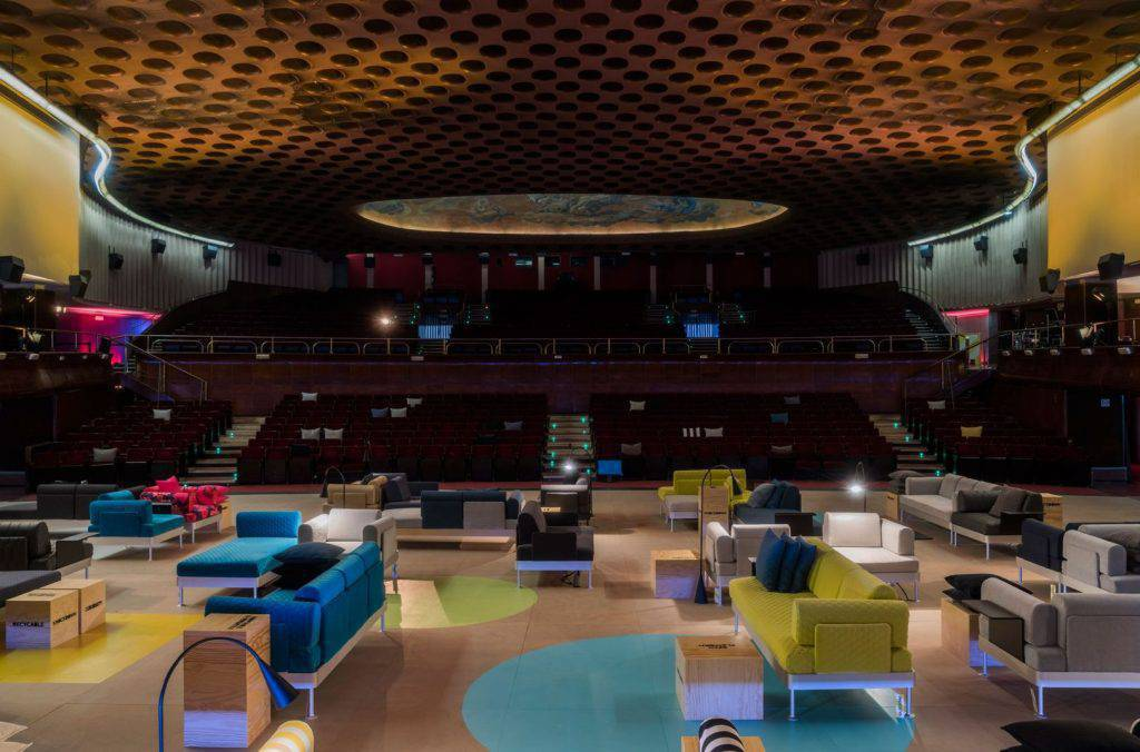 O showroom mostrou entre outras peças o sofá modular Delaktig sofa, de Tom Dixon para a Ikea.