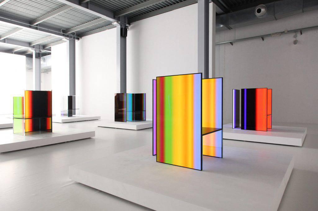 Outra parceria foi de Tokujin Yoshioka e da marca de eletrônicos LG, que completa 70 anos. O trabalho, que rendeu o Milano Design Award 2017, tem ares de ficção científica e inclui a instalação com as cadeiras S.F, para uma imersão nos painéis de luz.