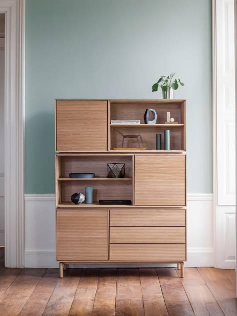Uma das apostas da marca britânica Ercol foi nos armários da série Modulo, fabricados em carvalho maciço.