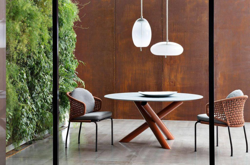 Tons terrosos estavam em evidência, como os terracotas utilizados pela Minotti, na coleção de cadeiras Aston.