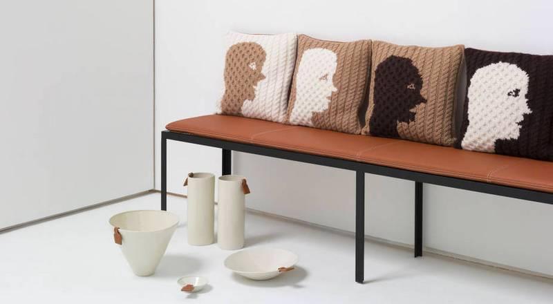 A coleção Loewe This is Home, foi concebida por Jonathan Anderson como uma colagem. Ele cria um universo de luminárias, cerâmicas, almofadas e móveis que trazem para a casa o calor de diversos materiais trabalhados artesanalmente.