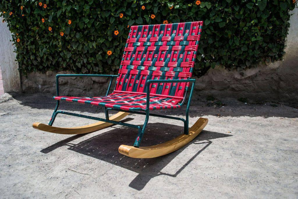 A italiana Marni encontra a Colombia e não esconde o fascínio pelas cores do país na coleção. Lúdica, é elaborada em PVC em parceria com um grupo de artesãs locais.