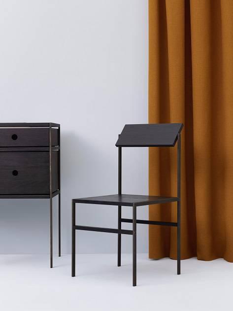 """Live Berg Olsen apresentou o sistema batizado de Super Normal, com peças adaptáveis e na cor preta em carvalho maciço e aço. Aliás, a noção de """"normalidade"""" é uma tônica em várias peças este ano."""